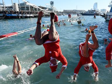 Di sana ada sebuah kompetisi yang bernama Copa de Nadal de Natacio atau Christmas Day hourbour swim. (Josep LAGO / AFP)