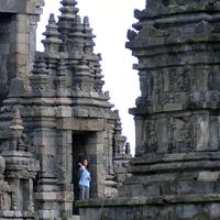 Putri mantan Presiden Amerika Serikat, Barack Obama keluar dari salah satu bangunan Candi Prambanan, Yogyakarta, Kamis (29/6). Barack Obama beserta keluarga berlibur dan mengunjungi sejumlah tempat di Yogyakarta. (Liputan6.com/Helmi Fithriansyah)