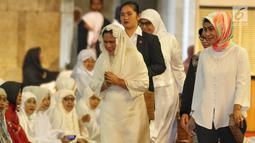 Istri Presiden Joko Widodo atau Jokowi, Iriana tiba untuk melaksanakan salat Id di Masjid Istiqlal, Jakarta, Rabu (5/6/2019). Ibu Negara Iriana terlihat mengenakan gamis berwarna putih. (Liputan6.com/JohanTallo)