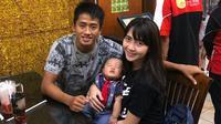 Bayu Gatra bersama sang istri dan anak. (Bola.com/Dok. Pribadi)