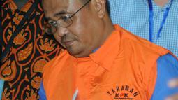 Bupati Bengkayang, Suryadman Gidot dikawal petugas usai menjalani pemeriksaan pasca OTT di Gedung KPK, Jakarta, Rabu (4/9/2019). Suryadman Gidot ditahan bersama Kepala Dinas PUPR dan lima pihak swasta. (merdeka.com/Dwi Narwoko)