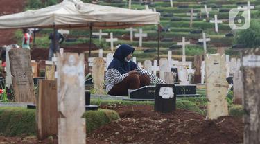 Warga melayat di area pemakaman jenazah COVID-19 di TPU Pondok Ranggon, Jakarta, Rabu (2/12/2020). TPU Pondok Ranggon  hanya melayani jenazah COVID-19 muslim dengan sistem tumpang. (Liputan6.com/Herman Zakharia)