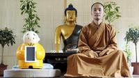 Xian'er, robot mungil yang ikut menyebarkan ajaran Buddha dan kini hidup di kuil biksu (sumber: theguardian.com)