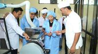 Menteri BUMN Rini Soemarno didampingi Bupati Anas saat meninjau pabrik cokelat.