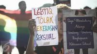 Seorang peserta aksi memperlihatkan poster berisi peduli kekerasan seksual di Bundaran HI, Jakarta, Minggu (15/5). Mereka berharap DPR segera menyelesaikan rancangan undang-undang Penghentian Kekerasan Seksual (RUU PKS). (Liputan6.com/Faizal Fanani)
