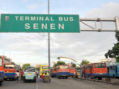 Sejumlah mikrolet menunggu penumpang di Terminal Senen, Jakarta, Selasa (25/10). Dishubtrans DKI Jakarta kaji kembali revitalisasi Terminal Senen terkait rencana mengintegrasikan dengan Pasar Senen Blok III. (Liputan6.com/Yoppy Renato)