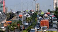 Kendaraan memadati jalan Tol Cawang Grogol di MT Haryono menuju Cikampek atau Jagorawi, Jakarta, (29/12). Mulai tanggal 30 Desember 2015 hingga 3 Januari pukul 24.00 WIB, semua truk angkutan barang dilarang masuk Tol Jakarta. (Liputan6.com/Yoppy Renato)