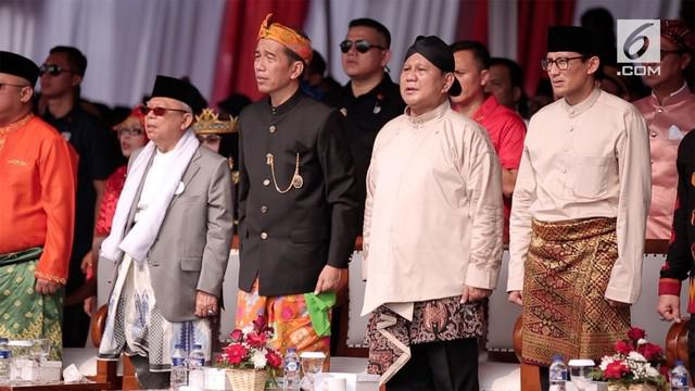Joko Widodo, capres nomor urut 1, mengenakan pakaian adat Bali,sedangkan Ma'ruf Amin tetap dengan pakaian khasnya menggunakan jas dan kain putih dikalungkan di leher serta sarung sebagai bawahannya.