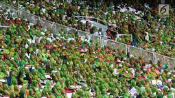 Ribuan kader Muslimat NU saat menghadiri Harlah ke-73 Muslimat NU di SUGBK, Jakarta, Minggu (27/1). Selain kader, acara ini juga turut dihadiri Presiden Joko Widodo atau Jokowi dan sejumlah tokoh. (Liputan6.com/JohanTallo)