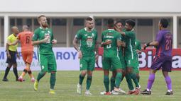 Para pemain PSS Sleman merayakan gol penyeimbang 1-1 yang dicetak oleh Irfan Bachdim ke gawang Persiraja Banda Aceh dalam laga pekan kedua BRI Liga 1 2021/2022 di Stadion Madya, Jakarta, Sabtu (11/9/2021). (Foto: Bola.Com/M. Iqbal Ichsan)