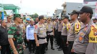 Kapolda Maluku Utara, Brigjen Pol Suroto saat mengecek kesiapan aparat kepolisian yang ditugaskan di seluruh TPS dalam pemilu 17 April 2019 (Abdul Fatah/Antara)