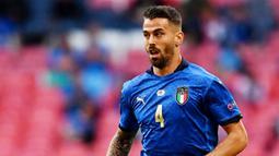 Leonardo Spinazzola - Pemain yang berposisi sebagai wingback ini lagi-lagi menjadi sosok kunci permainan Italia. Pemain AS Roma itu begitu aktif membantu serangan dan sukses membuat assist penting untuk gol Chiesa. (AFP/Ben Stansall)