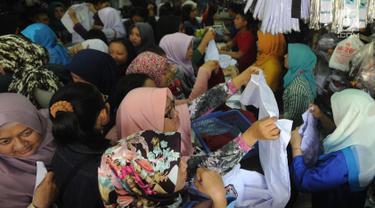 Sejumlah ibu memilih baju seragam sekolah baru untuk anaknya di salah satu kios di Jalan Pengadilan, Bogor, Rabu (11/7). Menjelang dimulainya tahun ajaran baru, para orang tua disibukan belanja kelengkapan sekolah anak mereka. (Merdeka.com/Arie Basuki)
