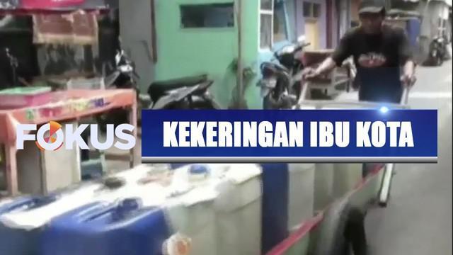 Kemarau panjang membuat air bersih langka di sejumlah daerah salah satunya di Jakarta.