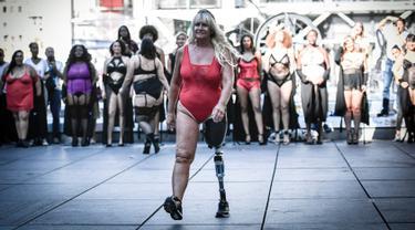Seorang model yang mengenakan prostesis mempersembahkan sebuah fashion show selama acara The All Sizes Catwalk di Paris, Minggu (15/9/2019). Sekitar 100 wanita dari berbagai bentuk tubuh berkumpul dalam acara tersebut untuk mempromosikan penerimaan diri. (STEPHANE DE SAKUTIN / AFP)