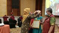 Titik Suryawati merupakan KPM PKH yang mendapatkan penghargaan graduasi tahun 2020 dari Kementerian Sosial (Liputan6.com/Ahmad Adirin)