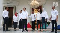 Presiden Joko Widodo (ketiga kiri) usai mengenalkan staf khusus di halaman Istana Merdeka, Jakarta, Kamis (21/11/2019). Staf khusus baru dari kalangan milenial yakni CEO Amartha Andi Taufan Garuda Putra, Perumus Gerakan Sabang Merauke Ayu Kartika Dewi. (Liputan6.com/Angga Yuniar)