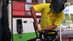 Pengendara motor mengisi BBM di SPBU, Jakarta, Kamis (18/6/2020). PT Pertamina (Persero) berencana melakukan simplifikasi produk BBM yang tidak ramah lingkungan yang mempunyai kadar Research Octane Number (RON) di bawah 91. (Liputan6.com/Angga Yuniar)