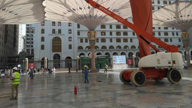 Dibutuhkan sebanyak 3 ribu lebih pekerja dikerahkan guna membersihkan Masjid Nabawi setiap harinya. (Liputan6.com/Taufiqqurahman)#source%3Dgooglier%2Ecom#https%3A%2F%2Fgooglier%2Ecom%2Fpage%2F%2F10000