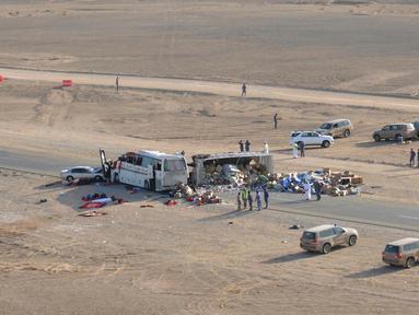Sebuah gambar memperlihatkan lokasi kecelakaan yang melibatkan truk dan bus di jalan raya antara Ibri dan Fahud, Oman bagian barat, Selasa (1/3). Sebanyak 18 orang dari beberapa kewarganegaraan tewas dan 14 lainnya luka-luka. (STRINGER/Omani Police/AFP)