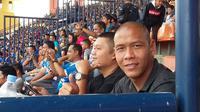 Nova Arianto menyaksikan laga pembuka Piala Presiden 2019 antara Persib Bandung melawan Tira Persikabo. (Bola.com/Erwin Snaz)