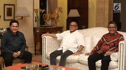 Ketua Dewan Pembina Partai Golkar Aburizal Bakrie berbincang dengan Ketua TKN Jokowi-Ma'ruf Amin, Erick Thohir saat pertemuan tertutup di Jakarta, Senin (8/10). Pertemuan membicarakan situasi politik terkini bangsa. (Liputan6.com/Herman Zakharia)