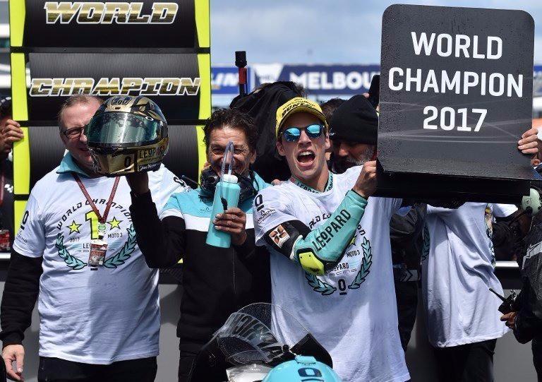 Pebalap asal Spanyol, Joan Mir, mengunci titel Moto3 2017 setelah memenangi balapan di Phillip Island, Australia, Minggu (22/10/2017). (Marca)