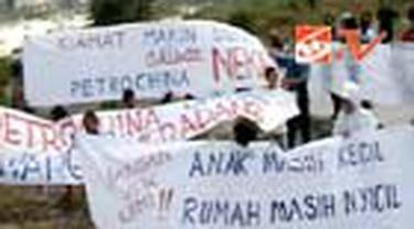 Ratusan warga Perumahan Gresik Kota Baru, Kabupaten Gresik, Jatim, berdemo menolak eksplorasi sumur migas. Dalam aksinya warga mengelar aksi tanda tangan menolak proyek eksplorasi tersebut.
