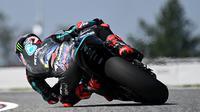 Fabio Quartararo saat mengikuti sesi latihan bebas MotoGP Republik Ceska, Jumat (7/8/2020). (JOE KLAMAR / AFP)