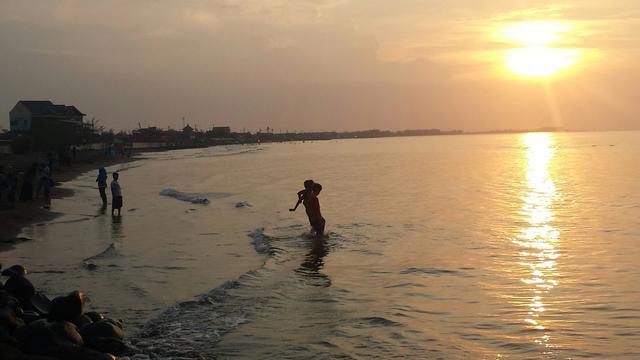 Menikmati Debur Ombak Senja Di Pantai Pasir Kencana Pekalongan