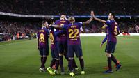 Para pemain Barcelona merayakan gol yang dicetak oleh Gerard Pique ke gawang Rayo Vallecano pada laga La Liga di Stadion Camp Nou, Sabtu (9/3). Barcelona menang 3-1 atas Rayo Vallecano. (AP/Manu Fernandez)