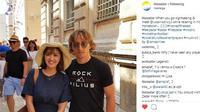 Seorang turis cantik berfoto dengan Luka Modric di Zadar, Kroasia. (Instagram)