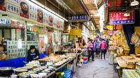 Pasar malam di Seoul, Korea Selatan selalu jadi destinasi favorit para wisatawan untuk berbelanja ataupun berwisata kuliner (shutterstock.com