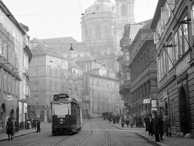 Sejumlah warga beraktivitas pada bulan September 1945 di kota Praha, Ceko. Praha adalah ibu kota Republik Ceko dan memiliki penduduk sekitar 1,5 juta jiwa. Kota ini dibelah sungai Vltava atau disebut pula Moldau dalam bahasa Jerman. (AFP Photo)