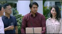 Deva Mahenra dan Velove Vexia di salah satu adegan dalam film Cinta Laki-Laki Biasa. (Starvision)