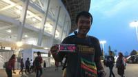 Tedy Bagus, suporter timnas Indonesia asal Surabaya yang datang langsung dari Timika untuk menonton laga melawan Timor Leste pada Grup A Piala AFF 2018, di Stadion Utama Gelora Bung Karno, Jakarta, Selasa (13/11/2018). (Bola.com/Benediktus Gerendo)