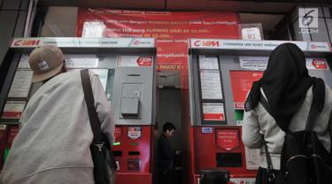 Calon penumpang membeli Tiket Harian Berjaminan (THB) di mesin pengisian Stasiun Sudirman, Jakarta, Rabu (17/7/2019). PT Kereta Commuter Indonesia mulai 1 Agustus 2019 tidak lagi melayani pembelian Tiket Harian Berjaminan (THB) sekali perjalanan. (merdeka.com/qbal S. Nugroho)