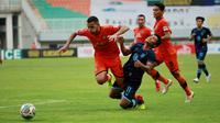 Pemain Persiraja Banda Aceh, Léo Lelis (kiri) berebut bola dengan pemain Persela Lamongan, Nasir dalam laga pekan ke-5 BRI Liga 1 2021/2022 di Stadion Pakansari, Bogor, Selasa (28/9/2021). Persiraja kalah 0-1. (Bola.com/ M Iqbal Ichsan)