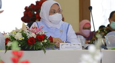 Menaker Ida saat membuka pelatihan Berbasis Kompetensi serta menyaksikan MoU dengan mitra pelatihan di BLK Ambon. (Istimewa)