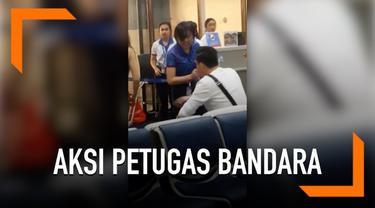 Seorang petugas bandara memarahi dan meneriaki penumpang yang membawa koper melebihi kapasitas kabin pesawat. Insiden ini terjadi di Bandara Internasional Don Mueang.