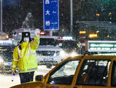 FOTO: Hujan Salju Sebabkan Jalanan Kota Urumqi Basah dan Licin