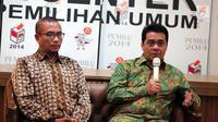 Politikus Partai Gerindra Ahmad Riza Patria (kanan) memberikan penjelasan saat menjadi pembincara dalam diskusi di Komisi Pemilihan Umum (KPU), Jakarta, Selasa (3/10). (Liputan6.com/Faizal Fanani)