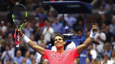 Petenis unggulan pertama asal Spanyol, Rafael Nadal berselebrasi setelah mengalahkan petenis Rusia, Andrey Rublev pada perempatfinal turnamen AS Terbuka 2017 di New York, Rabu (6/9). Nadal menang 3 set langsung 6-1, 6-1 dan 6-2. (Clive Brunskill/AFP)