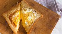 Mentang-mentang weekend jam segini kamu belum tidur. Sarapan dulu pakai roti keju telur 1/2 matang. Dijamin nyam-nyam!
