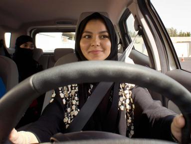 Ekspresi seorang siswa saat mengikuti kursus mengemudi untuk pertama kali di kampus Effat University, di Jeddah, Arab Saudi, (6/3). Kursus mengemudi ini disponsori oleh Ford Motor. (AP Photo/Amr Nabil)