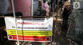 Spanduk menutup akses masuk zona merah COVID-19 di Kelurahan Petogogan RT 006 RW 003, Jakarta, Selasa (22/6/2021). Pemerintah Provinsi DKI Jakarta memperbarui data zona pengendalian virus Corona di tingkat rukun tetangga (RT) se-Ibu Kota.  (Liputan6.com/Faizal Fanani)