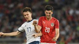 Pemain Austria, Florian Grillitsch (kanan) dan pemain Rusia saling berebut bola pada laga uji coba di Tivoli Stadium, Innsbruck, Austria, (30/5/2018). Austria menang atas Rusia 1-0. (AP/Kerstin Joensson)