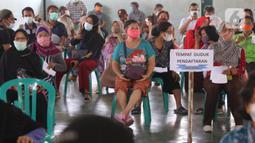 Ratusan lansia dan tenaga pendidik melakukan vaksinasi Covid-19 di Gor Total Persada, Kota Tangerang, Selasa (8/6/2021). Vaksinasi tersebut untuk melindungi mereka dari Covid-19 yang tengah mewabah. (Liputan6.com/Angga Yuniar)