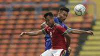 Gelandang Timnas Indonesia, Muhammad Hargianto berduel dengan pemain Thailand di gelaran SEA Games 2017 yang berlangsung di Stadion Shah Alam, Malaysia (Bola.com/Vitalis Yogi Trisna)