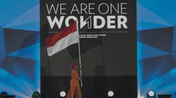 Seorang performance membawa bendera merah putih pada upacara penutupan Asian Para Games di Stadion Madya Senayan, Jakarta, Sabtu (13/10).(Bola.com/Vitalis Yogi Trisna)